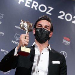 Mario Casas con su Premio Feroz 2021