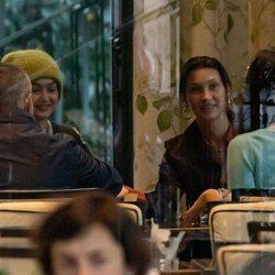 Gigi y Bella Hadid junto a Irina Shayk en un restaurante de Milán