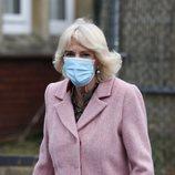 Camilla Parker durante su visita a un centro de vacunación