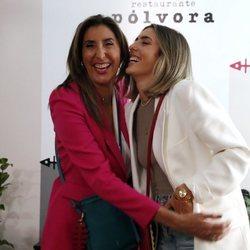 Paz Padilla y Anna Ferrer partiéndose de risa en la presentación de su colección de bolsos