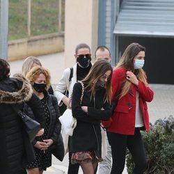 Laia, madre de la hija de Álex Casademunt, acude al tanatorio para dar el último adiós al cantante