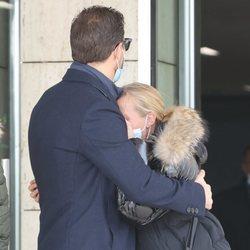 Joan y Cristina, hermanos de Álex Casademunt, en el tanatorio para dar el último adiós al cantante