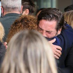David Bustamante roto de dolor a su llegada al tanatorio para dar el último adiós a Álex Casademunt