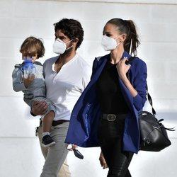 Eva González y Cayetano Rivera dando un paseo con su hijo por Sevilla
