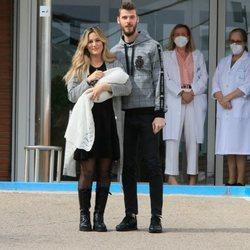 Edurne y David de Gea a las puertas del hospital tras el nacimiento de su hija Yanay