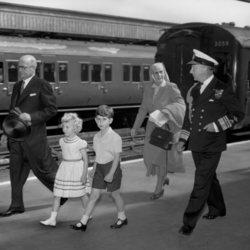 El Príncipe Carlos y la Princesa Ana junto a su abuela, la Princesa Alicia