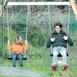 Mario Casas jugando a los columpios con su hermano Daniel