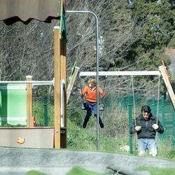 Mario Casas con su hermano Daniel jugando a los columpios