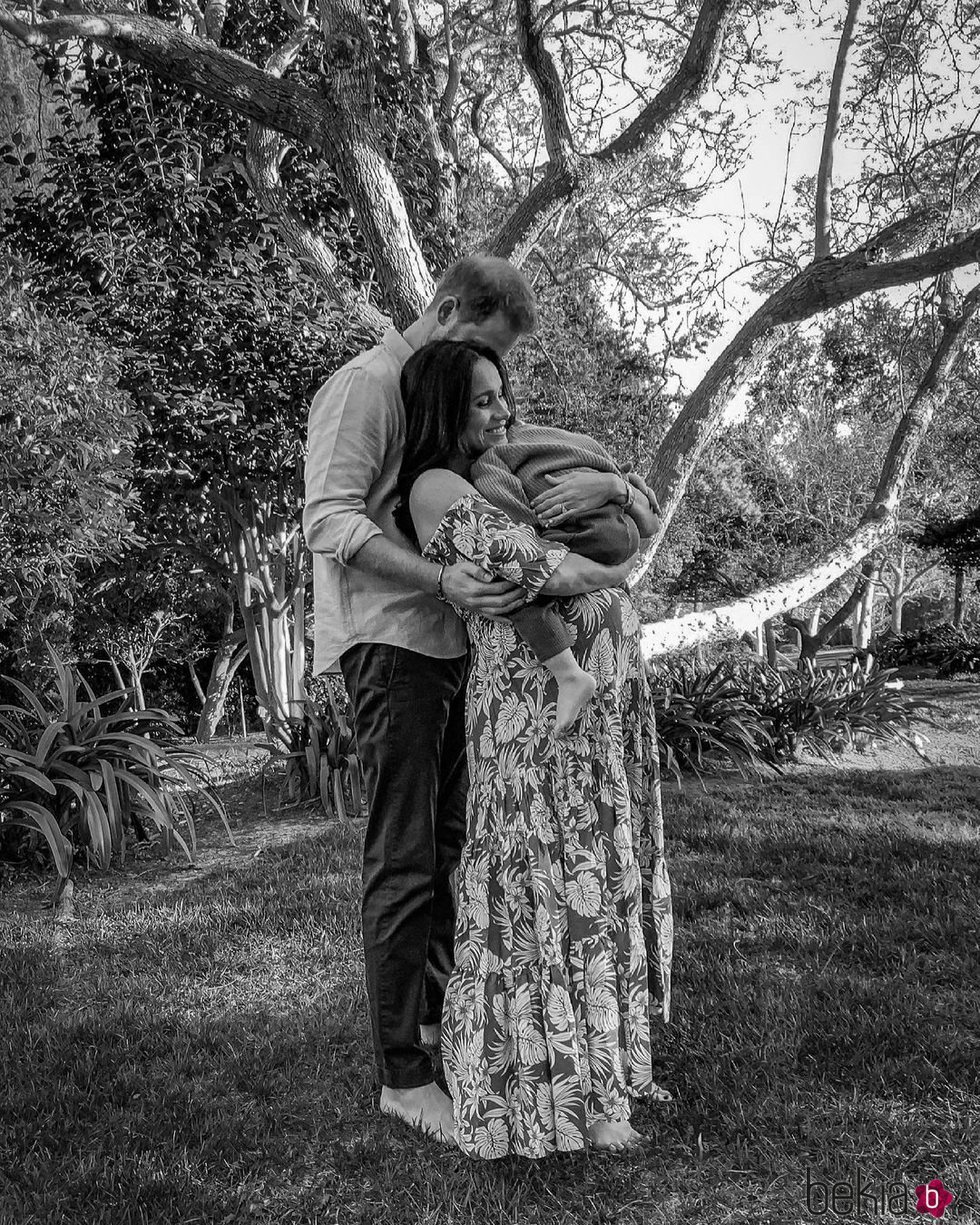 El Príncipe Harry y Meghan Markle abrazan a Archie tras anunciar que esperan su segundo hijo