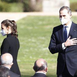 El Rey Felipe saludando junto a la Reina Letizia en el Acto de Reconocimiento y Memoria a todas las Víctimas del Terrorismo en Madrid