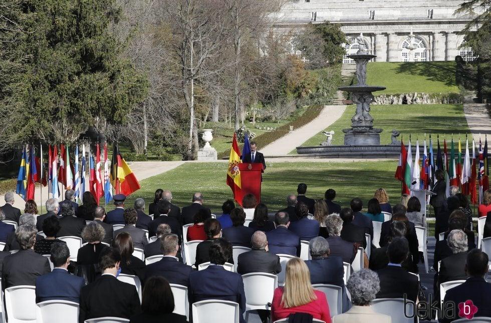 El Rey Felipe da un discurso en los jardines del Palacio Real en el Acto de Reconocimiento y Memoria a todas las Víctimas del Terrorismo en Madrid