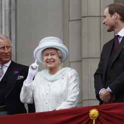 La Reina Isabel, el Príncipe Carlos y el Príncipe Guillermo en Buckingham Palace