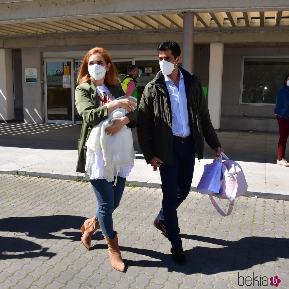Beatriz Trapote y Víctor Janeiro saliendo del hospital con su hija Brenda