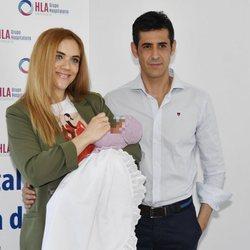 Beatriz Trapote y Víctor Janeiro presentando a su hija Brenda