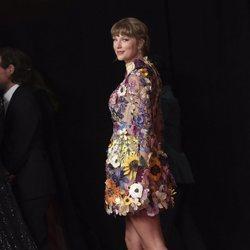 Taylor Swift tras posar en la alfombra roja de los premios Grammy 2021