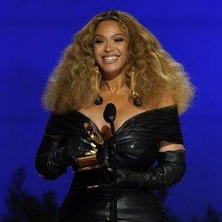 Beyoncé recogiendo el premio a mejor R&B Performance en los Premios Grammy 2021