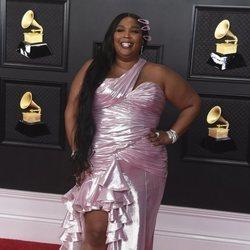 Lizzo en la alfombra roja de los premios Grammy 2021
