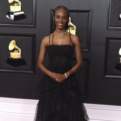 Tiara Thomas en la alfombra roja de los premios Grammy 2021
