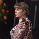 Taylor Swift posando durante la alfombra roja de los premios Grammy 2021