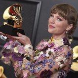 Taylor Swift con su galardón de los Premios Grammy 2021