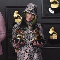 Billie Eilish posando con sus dos galardones de los Premios Grammy 2021