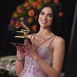 Dua Lipa posando con su galardón de los Premios Grammy 2021