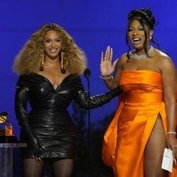 Beyoncé y Megan Thee Stallion recogiendo su galardón de los Premios Grammy 2021
