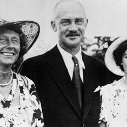 Federica de Grecia con sus padres, Ernesto Augusto de Hannover y Victoria Luisa de Prusia
