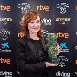 Nathalie Poza con su Goya 2021 a Mejor actriz de reparto