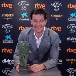 Mario Casas con su Goya 2021 a Mejor protagonista