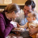 Guillermo y Stéphanie de Luxemburgo, muy cariñosos con su hijo Carlos de Luxemburgo en su primer Bretzelsonndeg