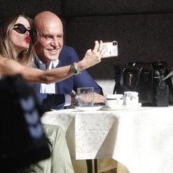 Kiko Matamoros y Marta López divirtiéndose en una terraza en Madrid