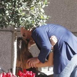 Kiko Matamoros besando a Marta López en una terraza de Madrid