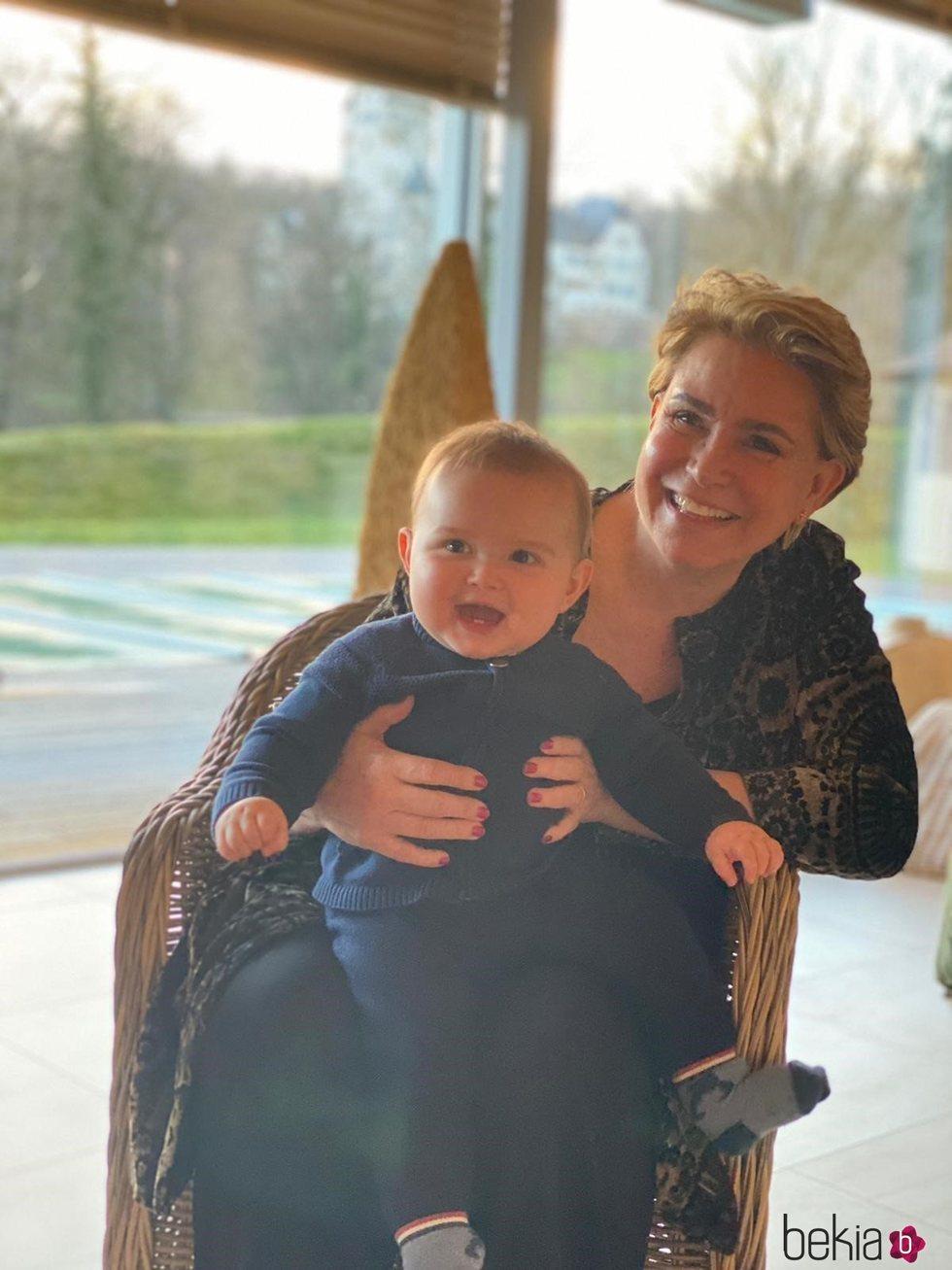 María Teresa de Luxemburgo con su nieto Charles en brazos