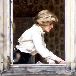 Kristen Stewart caracterizada como Lady Di durante el rodaje de 'Spencer' en el castillo Kronberg