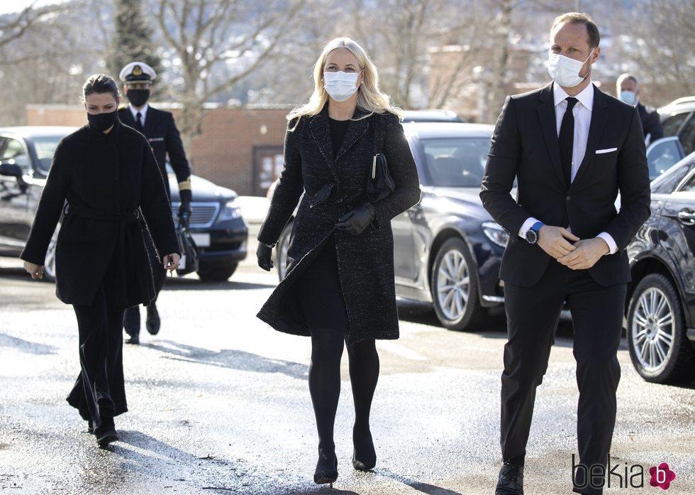 Marta Luisa de Noruega, Haakon y Mette-Marit de Noruega en el funeral de Erling Lorentzen