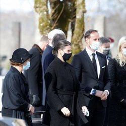 Sonia de Noruega, Marta Luisa de Noruega, Haakon y Mette-Marit de Noruega en el funeral de Erling Lorentzen