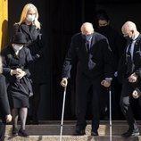 Sonia de Noruega, Mette-Marit de Noruega, Marta Luisa de Noruega y Harald de Noruega con muletas en el funeral de Erling Lorentzen