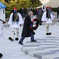 El Príncipe Carlos deposita una ofrenda floral en la celebración del bicentenario de la Independencia de Grecia