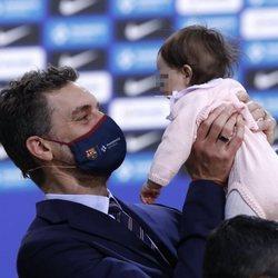 Pau Gasol en su presentación del FC. Barcelona de Baloncesto con su hija en brazos
