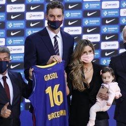 Pau Gasol con su mujer y su hija en su presentación del FC. Barcelona de Baloncesto