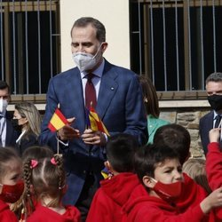 El Rey Felipe con unos niños durante su Viaje de Estado a Andorra