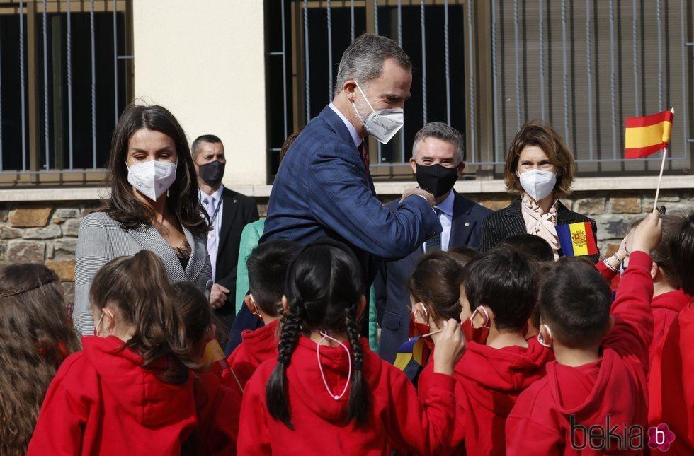 Los Reyes Felipe y Letizia con unos niños durante su Viaje de Estado a Andorra