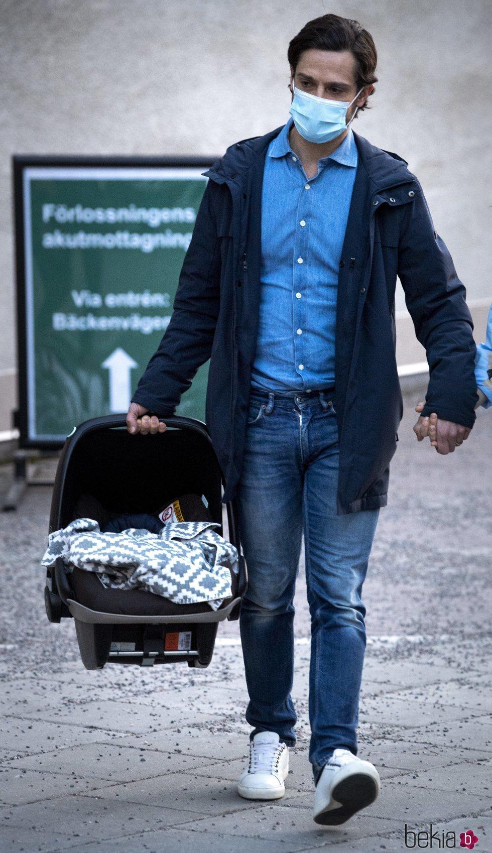 Carlos Felipe de Suecia con su tercer hijo en el día de su nacimiento