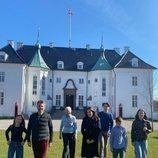 Margarita de Dinamarca con Federico y Mary de Dinamarca y sus hijos en Marselisborg