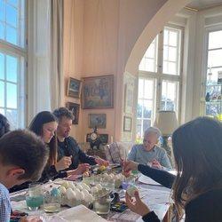 La Familia Real Danesa pintando huevos de Pascua en Marselisborg