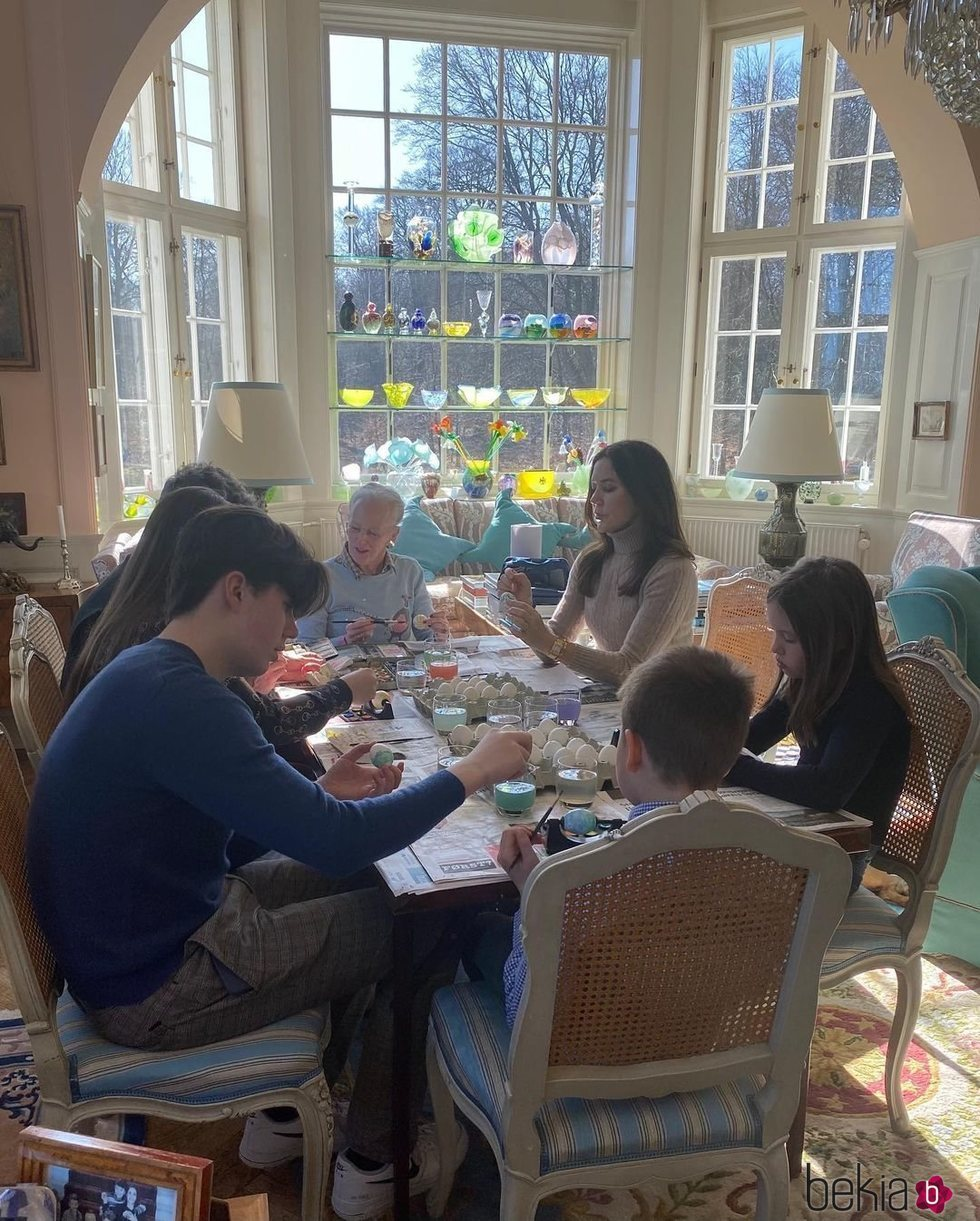 Margarita de Dinamarca pinta huevos de Pascua con Federico y Mary de Dinamarca y sus hijos