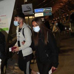 Alejandro Albalá y Marta López en el aeropuerto de Madrid para irse a 'Supervivientes 2021'