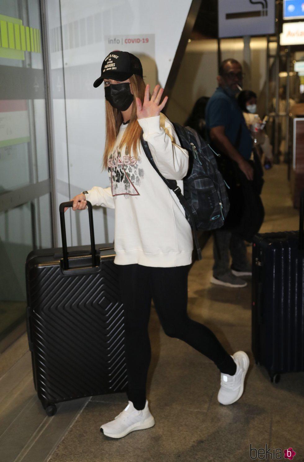 Lara Álvarez en el aeropuerto de Madrid rumbo a 'Supervivientes 2021'
