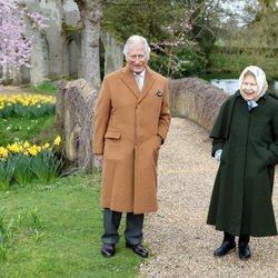 La Reina Isabel y el Príncipe Carlos paseando por Frogmore House